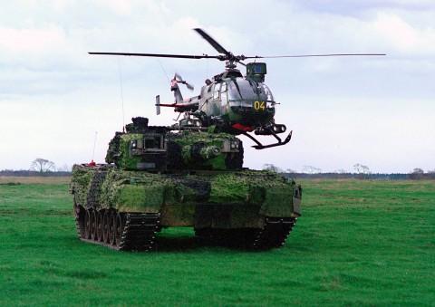 HKP 9A och Stridsvagn 121 Leopard. Bild via Försvarsmakten.