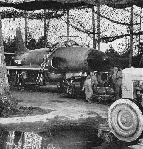 Klargöring av A 32A Lansen på maskerad uppställningsplats. Bild ur Flygsoldatens bok 1964.